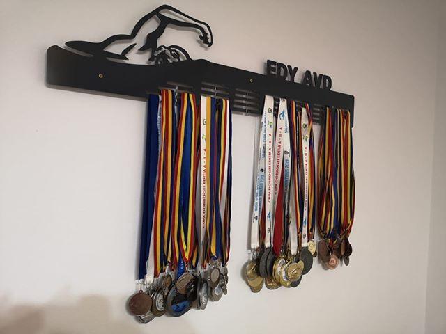 suport sau umeras pentru medalii, poate fi personalizat cu orice nume si pentru orice sport, fara costuri extra!