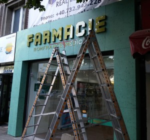 farmacia-Romfrance-litere-plexi-auriu-fatada-bond