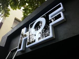 logo-plexiglas-alb-cu-negru-iluminat
